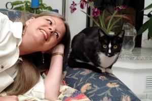 Andrea Schacht mit ihrer Katze Mira. Foto: privat